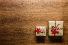 Presentes de Natal belamente envolvidos do vintage no fundo de madeira, vista de cima de Imagem de Stock