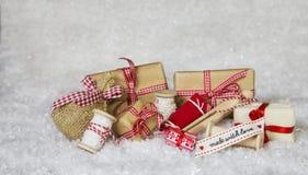 Presentes de Natal caseiros envolvidos no papel com fita e curva Fotografia de Stock Royalty Free