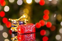 Presentes de Natal com luzes da árvore de Natal Foto de Stock
