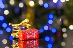 Presentes de Natal com luzes da árvore de Natal Imagem de Stock Royalty Free