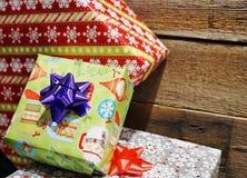 Presentes de Natal com papel de embrulho e curvas Fotos de Stock Royalty Free