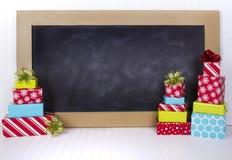 Presentes de Natal com placa de giz Imagem de Stock