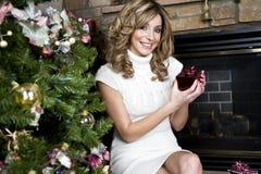 Presentes de Natal da abertura da mulher Fotos de Stock Royalty Free