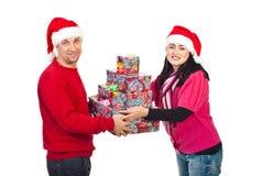 Presentes de Natal da terra arrendada dos pares Imagens de Stock Royalty Free