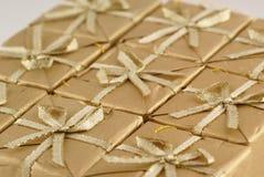 Presentes de Natal dourados. Foto de Stock