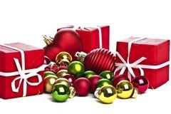 Presentes de Natal e esferas do Natal Imagens de Stock Royalty Free