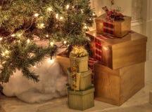 Presentes de Natal e luzes brancas sob uma árvore de Natal Foto de Stock Royalty Free