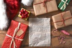 Presentes de Natal e papel vazio Fotografia de Stock