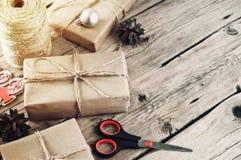 Presentes de Natal em um close up de madeira da tabela Foto de Stock