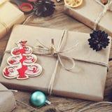 Presentes de Natal em um close up de madeira da tabela Imagens de Stock