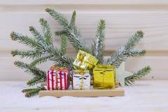 Presentes de Natal em um pequeno trenó Imagem de Stock