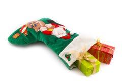 Presentes de Natal em uma meia do Natal Fotos de Stock Royalty Free