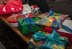 Presentes de Natal em uma tabela Fotos de Stock