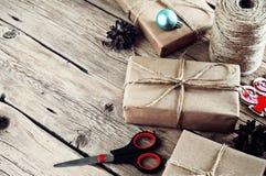 Presentes de Natal em uma tabela de madeira Fotografia de Stock Royalty Free