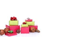 Presentes de Natal empilhados Imagem de Stock