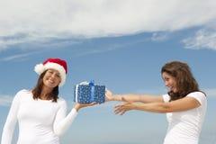 Presentes de Natal felizes das mulheres ao ar livre Fotos de Stock Royalty Free