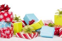 Presentes de Natal isolados no fundo branco Fotos de Stock Royalty Free
