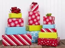 Presentes de Natal na prancha de madeira rústica Imagem de Stock