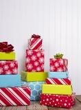 Presentes de Natal na prancha de madeira rústica Imagens de Stock Royalty Free