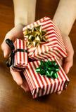 Presentes de Natal nas mãos Fotos de Stock Royalty Free