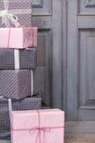 Presentes de Natal, no fundo de madeira cinzento Imagem de Stock Royalty Free