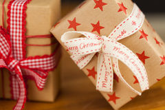Presentes de Natal no papel de embalagem Fotos de Stock