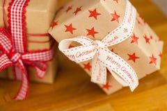 Presentes de Natal no papel de embalagem Imagem de Stock Royalty Free