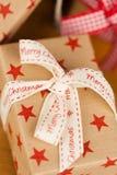 Presentes de Natal no papel de embalagem Fotos de Stock Royalty Free