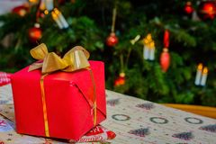 Presentes de Natal que empacotam em casa imagem de stock