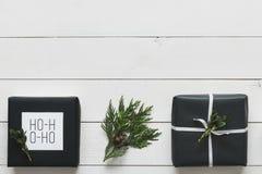 Presentes de Natal retros nórdicos elegantes, opinião da mesa de cima de, conceito de DIY Fotografia de Stock Royalty Free