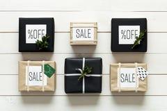 Presentes de Natal retros nórdicos elegantes, opinião da mesa de cima de, venda do xmas Imagem de Stock