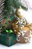 Presentes de Natal sob a árvore Fotografia de Stock Royalty Free