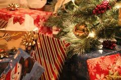 Presentes de Natal sob a manhã de Natal da árvore Imagem de Stock