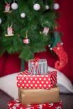Presentes de Natal sob uma árvore de Natal Imagens de Stock Royalty Free