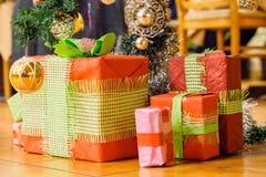 Presentes de Natal sob uma árvore de Natal Foto de Stock