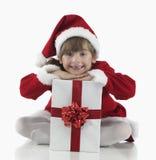 Presentes de una niña y de Navidad Foto de archivo libre de regalías