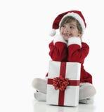 Presentes de una niña y de Navidad Fotos de archivo libres de regalías