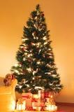 Presentes debajo del árbol de navidad Foto de archivo libre de regalías