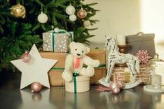 Presentes debajo del árbol de navidad en sala de estar Año Nuevo del día de fiesta de la familia en casa Fotos de archivo libres de regalías