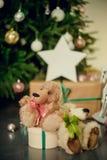 Presentes debajo del árbol de navidad en sala de estar Año Nuevo del día de fiesta de la familia en casa Foto de archivo libre de regalías