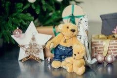 Presentes debajo del árbol de navidad en sala de estar Año Nuevo del día de fiesta de la familia en casa Imagen de archivo