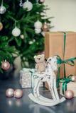Presentes debajo del árbol de navidad en sala de estar Año Nuevo del día de fiesta de la familia en casa Fotos de archivo