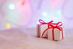 Presentes decorados do Natal no fundo abstrato Imagens de Stock Royalty Free