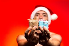 Presentes del día de fiesta de la Navidad Regalo del Año Nuevo del control del hombre Individuo con estilo Foto de archivo