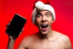 Presentes del día de fiesta de la Navidad Regalo y tableta del Año Nuevo del control del hombre S Imágenes de archivo libres de regalías