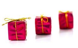 3 presentes del rojo de la Navidad en el fondo blanco Foto de archivo libre de regalías