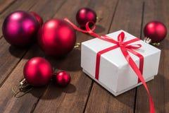 Presentes del rojo en la caja blanca Imagen de archivo libre de regalías
