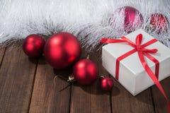 Presentes del rojo en la caja blanca Imágenes de archivo libres de regalías