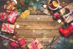 Presentes del vintage de la Navidad en un fondo de madera Fotografía de archivo libre de regalías