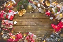 Presentes del vintage de la Navidad en un fondo de madera Fotos de archivo libres de regalías
